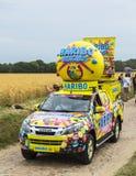 Haribo-Fahrzeug auf einem Kopfstein-Straßen-Tour de France 2015 Lizenzfreie Stockbilder