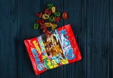 Haribo gelépacke på den mörka trätabellen Haribo är ett tyskt konfektföretag royaltyfria bilder
