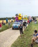 Haribo husvagn på en kullerstenvägTour de France 2015 Royaltyfria Bilder