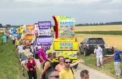 Haribo husvagn på en kullerstenvägTour de France 2015 Royaltyfri Bild
