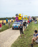 Haribo-Wohnwagen auf einem Kopfstein-Straßen-Tour de France 2015 Lizenzfreie Stockbilder