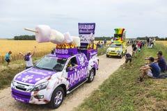 Haribo-Wohnwagen auf einem Kopfstein-Straßen-Tour de France 2015 Stockfotografie