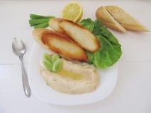 Haricot blanc répandu avec des pains grillés croustillants image libre de droits
