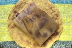 Haricot traditionnel tamal sur la tortilla de maïs Photographie stock libre de droits