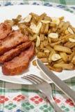 Haricot vert med skivor av stekt bacon och som dekorerar med skivor av vitlök på den vita plattan på dekorerad bordduk Royaltyfria Foton