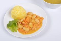 Haricots avec des carottes et des pommes de terre sur un blanc Photos stock