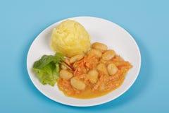 Haricots avec des carottes et des pommes de terre sur un bleu Images libres de droits