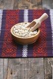 Haricots blancs dans une cuvette en bois Photos libres de droits