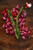Haricots courants d'écarlate - cosse, fleur et haricots sur le bois Image stock