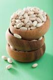 Haricots crus de cannellini de légumineuses de haricot dans la cuvette Photographie stock libre de droits