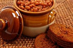 Haricots cuits au four dans le pot avec du pain de Brown Image stock