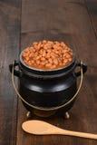 Haricots cuits au four dans le pot avec la cuillère Images stock