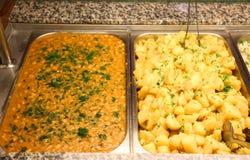 Haricots cuits au four et pommes de terre rurales Image libre de droits