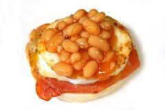 Haricots cuits au four sur un pain d'oeufs et de lard Photos libres de droits