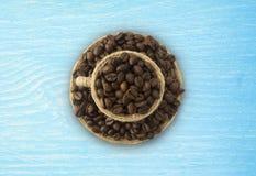 Haricots d'offee de ¡ de Ð et une tasse sur un fond en bois Tasse de Coffe avec l'espace de copie pour le texte Image stock