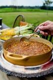 Haricots de barbecue étant servis au dîner extérieur Image stock