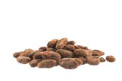 Haricots de cacao d'isolement au-dessus du blanc Photos libres de droits