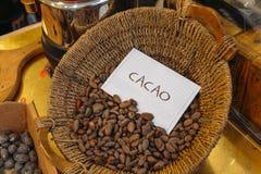 Haricots de cacao sur un panier Image libre de droits
