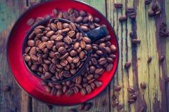Haricots de café noir de tasse pleins Images libres de droits