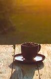 Haricots de café noir de tasse pleins Photo libre de droits