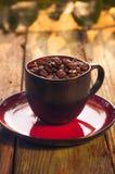 Haricots de café noir de tasse pleins Photographie stock