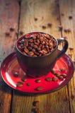 Haricots de café noir de tasse pleins Image libre de droits