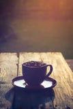 Haricots de café noir de tasse pleins Images stock