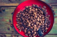 Haricots de café noir de tasse pleins Photos stock