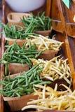 Haricots de cire jaunes, et haricots verts verts dans les paniers Photographie stock libre de droits
