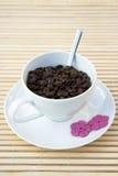 Haricots de Cofee dans une cuvette blanche Photo stock