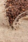 Haricots de Coffe dans le sac Image stock