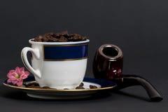 Haricots de Coffe dans une tasse Photos stock