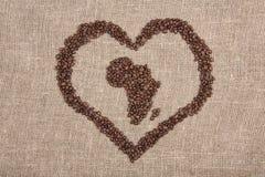 Haricots de Coffe formant l'Afrique avec le coeur Images libres de droits