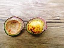 Haricots de Djenkol ou graine de jiringa d'Archidendron (Luk Nieng thaïlandais) avec le fond en bois Image libre de droits