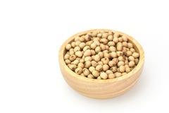 Haricots de soja dans la cuvette d'isolement sur le fond blanc images libres de droits