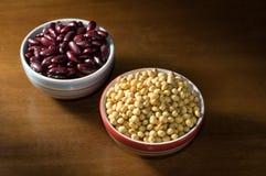 Haricots de soja et haricots nains rouges dans la tasse Image libre de droits