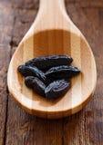 Haricots de tonka aromatiques foncés photos stock
