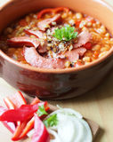 Haricots en sauce tomate avec la saucisse fumée Photo libre de droits