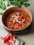 Haricots en sauce tomate dans une cuvette en céramique photographie stock
