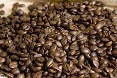 Haricots entiers de café sur la toile de jute image stock
