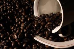 Haricots et cuvette de Coffe Photographie stock