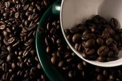 Haricots et cuvette de Coffe Photographie stock libre de droits