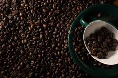 Haricots et cuvette de Coffe Images stock
