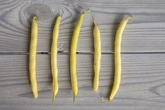 Haricots jaunes sur une table en bois grise images libres de droits