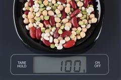 Haricots mélangés de légumineuse sur l'échelle de cuisine Images stock