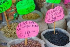 Haricots mexicains à vendre sur le marché Photo stock