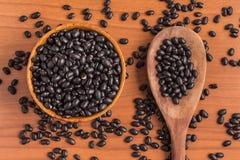 Haricots noirs dans une cuvette images stock