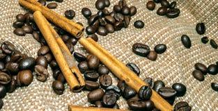 Haricots noirs frais de coffe sur la table de liège photo stock