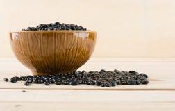Haricots noirs sur le bois photos stock