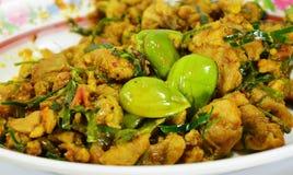 Haricots plats thaïlandais faits sauter à feu vif avec le poulet Image libre de droits